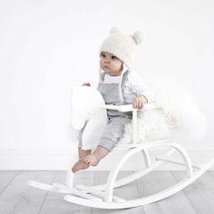 PikkuVanilja Petit Puk valkoinen keinuhevonen turvakaarella  Tämä on samaan aikaan klassisen kaunis ja tyylikäs keinuhevonen! Keinuhevonen on suosittu elementti lastenhuoneessa, sillä siitä on paljon iloa leikki-ikäiselle lapselle. Lapset rakastavat keinumista ja turvakaarella varustetun hevosen kyydissä pysyy pienempikin keinuja. Keinuminen kehittää lapsen motoriikkaa ja kehonhallintaa kokonaisvaltaisesti.