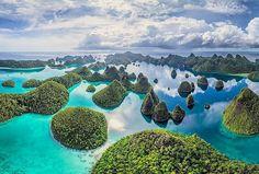 Wayag Islands, Papua, Indonesia  Photo by: Hendrik  IG: @hendrik.tjung  #beautifulindonesia #amazingisland #tourtheplanet #beautifulisland