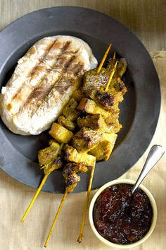 Maak die sosaties twee dae voor die tyd sodat dit kan marineer / Lamb skewers and roosterkoek Kos, Braai Recipes, Cooking Recipes, Meat Recipes, Recipies, South African Recipes, Africa Recipes, Cafeteria Food, Nigerian Food
