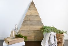 Learn how to build a custom and modern pallet wood Christmas tree from free lumber! A great holiday project for beginners! Pallet Wood Christmas Tree, Diy Christmas Tree, Christmas Decorations, Christmas Ideas, Diy Pallet Wall, Pallet Crafts, Pallet Ideas, Pallet Designs, Wooden Tree