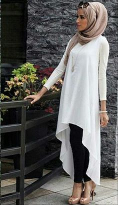 I love this hijab look. The white shirt with a long-draping back gives it an edgy look with the mode Islamic Fashion, Muslim Fashion, Modest Fashion, Hijab Fashion Summer, Modest Wear, Modest Dresses, Tunic Dresses, Tight Dresses, Casual Dresses