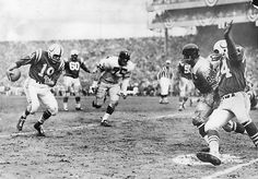 Johnny Unitas scrambles for a touchdown. NFL Championship Game- at Baltimore) Nfl Colts, Nfl Football Players, American Football Players, Sport Football, Football Cards, Nfl Championships, Championship Game, Baltimore Colts, Indianapolis Colts