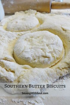 Crisp and flaky on the outside, soft and tender on the inside - can't you just taste them now? My Mama's classic homemade Southern biscuit recipe - perfect in place of any bread with your meal, or you Butter Biscuits Recipe, Homemade Biscuits Recipe, Flaky Biscuits, Homemade Sandwich, Biscuit N Gravy Recipe, Southern Biscuits, Bread Recipes, Cooking Recipes, Easy Biscuit Recipes