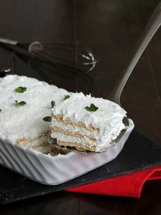 SEMIFREDDO 3 MINUTI ALLO YOGURT ricetta dolce con biscotti Cheesecake Desserts, No Cook Desserts, Pie Dessert, Delicious Desserts, Yogurt Recipes, Sweets Recipes, Cake Recipes, Torta Angel, Sweet Light