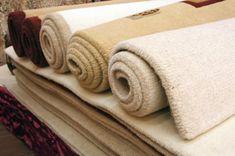 Cómo limpiar una alfombra sin aspiradora. Uno de los métodos más fáciles para limpiar una alfombra es con una aspiradora. Sin embargo, ya sea por falta de espacio o de presupuesto, no todos tenemos en casa una. De todos modos, existen otras m...