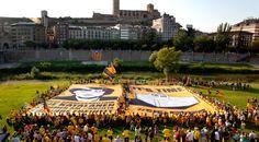 """Die Katalanen senden eine Botschaft an die Bundeskanzlerin: """"Am 9. November stimmen wir für unsere Freiheit"""" - cataloniavotes.eu, 26 July 2014. Die ANC arbeitet weiter an der Internationalisierung des katalanischen Anliegens und enthüllt ein riesiges Transparent mit einer Botschaft an die Bundeskanzlerin Angela Merkel."""