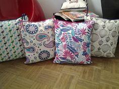 Almohadones super calidos y esponjosos para silla. De un lado arpillera con estampa y del otro tela estampada. Todos con borde decorativo y tiritas para atar,