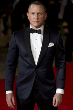 Daniel-Craig-James-Bond-wearing-Tom-Ford-Spring-2013-Suit-Skyfall-Royal-World-Premier-London-October-23-2012-7.jpg 395×594 pixels