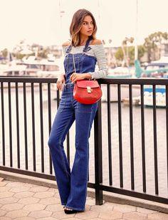 look macacão jeans e blusa decote ombro a ombro