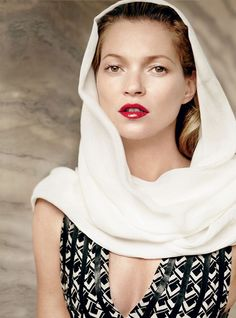 341a507af824 Modeste et discrète, Kate Moss pose dans Vogue en Ralph Lauren Resort  Collection Foulards,