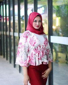 Jangan hanya sibuk soal perasaan. Karena kita punya banyak harapan untuk diwujudkan.👍🏻🙏🏻😊 Beautiful Hijab, Beautiful Women, Muslim Wedding Dresses, Muslim Beauty, Girl Hijab, Muslim Girls, Tight Dresses, Hijab Fashion, Cool Girl