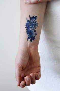 This pretty floral temporary tattoo is made in the Dutch 'Delfts Blauw' style. I…