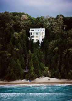 Breath-taking!...   Richard Meier's Douglas House on the shore of Lake Michigan