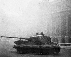 Budapest, octobre 1944. Un « lourd » du 2./schwere Panzer-Abteilung 503 dans les rues de Budapest lors de l'opération « Panzerfaust » qui vise à s'assurer de la fidélité du régime hongrois aux forces de l'Axe, alors en pleine déroute.