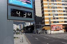 Termômetro marca 43º Celsius no relógio digital instalado na Avenida Professor Manoel de Abreu, no Maracanã, Zona Norte do Rio Foto: Pedro Teixeira / O Globo