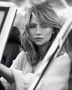 Haley Bennett Looks Care Free in Chloé Fragrance Ad Chloe taps actress Haley Bennett as the face of its signature fragrance Hayley Bennett, Hair Inspo, Hair Inspiration, Anuncio Perfume, Medium Hair Styles, Short Hair Styles, See By Chloé, Fringes, Up Dos