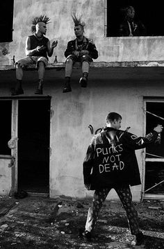 punk Punks drinking on the roof, punks not dead 80s Punk, New Wave, Style Punk Rock, Goth Style, Rockabilly, Moda Punk, Arte Punk, Punk Mode, Punks Not Dead
