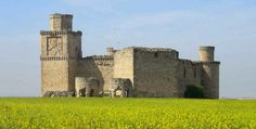 El castillo de Barcience se eleva sobre un cerro en la localidad de Barcience, Toledo (España). Construyeron el castillo en el siglo XV. La construcción del castillo la comenzó Juan de Silva y su nieto fue quien la concluyó. En el siglo XVI fue provisto de artillería y guarnición.