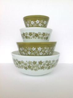 Vintage complete set of Pyrex nesting bowls. The pattern is called Spring Blossom Green sometimes referred to as Crazy Daisy. Perfect addition to the retro kitchen! Pyrex Mixing Bowls, Pyrex Bowls, Kitchen Retro, Vintage Kitchen, Vintage Pyrex, Vintage Glassware, Corelle Patterns, 1970s Decor, Nesting Bowls