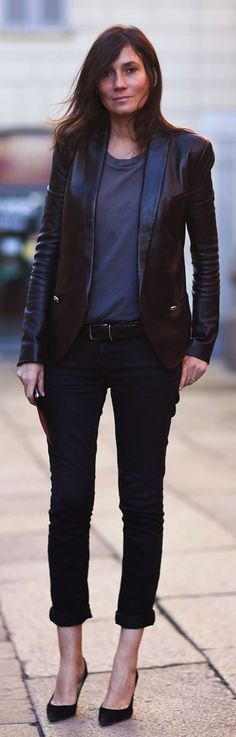 Vogue Paris editor-in-chief, Emmanuelle Alt & her androgynous look. smart jackets with a military feel + high heels + unfussy hair Chic Chic, Casual Chic, Edgy Chic, Fashion Mode, Fashion Week, Look Fashion, Fashion Outfits, Womens Fashion, Fall Outfits