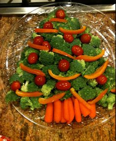 Easy Christmas Party Food Ideas - Festive Party Platter - Click Pic for 20 Delic. Easy Christmas Party Food Ideas – Festive Party Platter – Click Pic for 20 Delicious Holiday Ap Christmas Party Food, Xmas Food, Christmas Appetizers, Christmas Cooking, Christmas Holidays, Christmas Tree, Veggie Christmas, Christmas Lights, Christmas Ideas