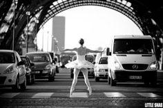 Bailarina para trânsito na Torre Eifel (Foto: Little Shao)