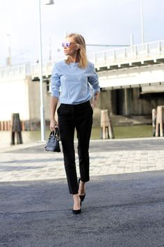 Nothing is like wearing a sweatshirt and a pair of wide pants for a comfortable look.