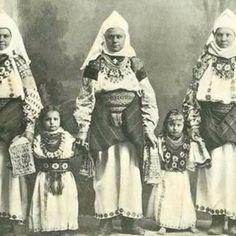 Буковинський стрій traditional clothes of Bukovina 1895 Bukovina is an oblast (province) in western Ukraine, bordering with Romania and Moldova. Vintage Pictures, Old Pictures, Old Photos, Folk Costume, Costume Dress, Costumes, Ukraine, Soviet Union, Traditional Dresses