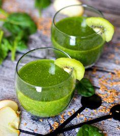 zielony koktajl ze zmiksowanego szpinaku, kiwi i jabłek z dodatkiem bardzo zdrowych nasion złocistego lnu Smoothie Drinks, Healthy Smoothies, Cold Deserts, Diet Recipes, Cooking Recipes, Warm Food, Detox, Juice, Good Food