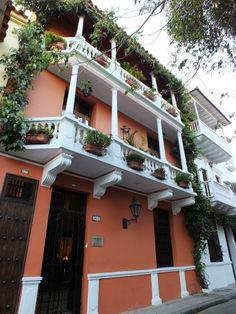 Hermoso balcón en una calle antigüa de Cartagena. Por Iván Lara.