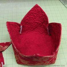 Fabric Basket tutorial 2 christmas fabrics inside of basket - Diy Fabric Basket Easy Sewing Projects, Sewing Tutorials, Sewing Crafts, Diy Projects, Bag Tutorials, Sewing Ideas, Mug Rug Patterns, Quilt Patterns, Sewing Patterns
