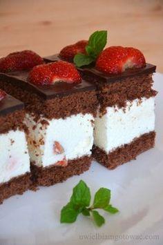 Uwielbiam gotować: Ciasto z kremem śmietanowym i truskawkami