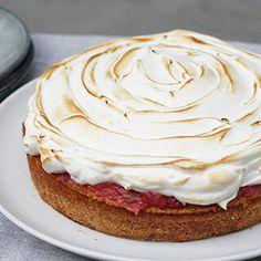Lækker og smuk rabarberkage med marengs. Find opskriften på nem rabarberkage med marcipan og smuk brændt marengs på toppen her. En skøn dansk kage, der kan bruges til eftermiddagskaffen eller som den dejlig sommer dessert Danish Dessert, Danish Food, Sweet Recipes, Cake Recipes, Cooking Cookies, Recipes From Heaven, Eat Dessert First, Let Them Eat Cake, No Bake Cake