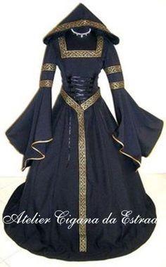 Vestido Bruxa com capuz com detalhes dourados                                                                                                                                                     Mais