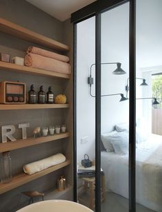 Idée décoration Salle de bain  Appartement Paris 17 : un 37 m2 chaleureux entre bois et béton ciré  Côté M