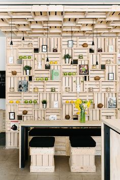 Pressed juices, bar à Melbourne - Wall and ceiling of fruit boxes