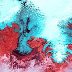 24 – TIERRA 9 - El valle de glaciares que aparece en la imagen simula unos dedos del hielo azul que extiende a través de la mano del Glaciar Vatnajokull, en el Parque Nacional Skaftafell de Islandia. El parque está en el extremo sur de Vatnajokull, la zona con la capa de hielo más grande de Europa.