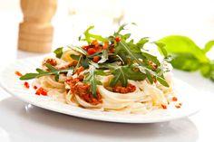 Makaron z pesto z suszonych pomidorów i świeżą rukolą #smacznastrona #przepisytesco #pasta #pesto #suszonepomidory #rukola #italy #pycha