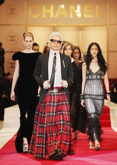 Fashion Shows - Fashion Week, Runway, Designer Collections- Statement in Scottish Skirt: In December Chanel opens its largest boutique in Tokyo to date. Karl Lagerfeld shows his collection in Hiblya Park. © Getty Images – with KARL LAGERFELD - Mode Chanel, Chanel Runway, Chanel Couture, Fashion Week Paris, Runway Fashion, Tokyo Fashion, Fashion Weeks, Milan Fashion, French Fashion