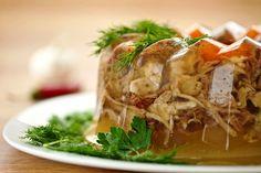 gelatina con carne de cerdo de Miskolc  Una de las más populares recetas de este plato frío :  4 patas de cerdo, 400 gr piel de cerdo, 2- 3 orejas de cerdo,  600 gr de carne fresca ( por ej. paleta de cerdo), 1 codillo de cerdo, sal, 3 zanahorias, 10 dientes de ajo, 2 cebollas, apio, perejil, unos 30 granos enteros de pimienta negra , 4 -5 huevos duros, pimentón (paprika) para espolvear antes de servir.  Limpiar y cortar la carne y verduras. Condimentar con la sal, pimienta etc. y poner las…