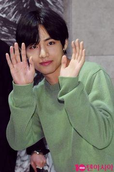 BTS Taehyung stuns everybody at the VIP screening of The Divine Fury – Knetizen Bts Taehyung, Bts Jungkook, Kim Namjoon, Seokjin, Billboard Music Awards, Foto Bts, Namjin, Jonghyun, Taekook