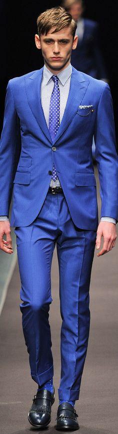 Eleganter, gestreifter Zweiteiler in markantem Blau, perfekt komplettiert mit stimmigen Accessoires. | Canali