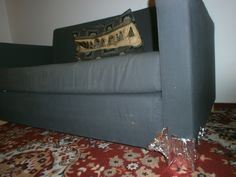Ak potrebujete premiestňovať ťažký nábytok po koberci, obalte nohy alobalom, bude sa šmýkať a ľahšie presúvať: