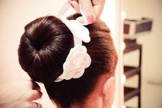 .:Flores de cetim branco.  .:Cada flor mede aprox. 7,5 cm.  .:Tiara de fita de cetim branco.  .:A fita de cetim possui aprox. 2 cm de largura.  .:Fita de cetim dupla face, de ótima qualidade  .:Embaixo de cada flor há um espaço para fixar grampos no penteado.    Perfeito para usar em cima do coqu...