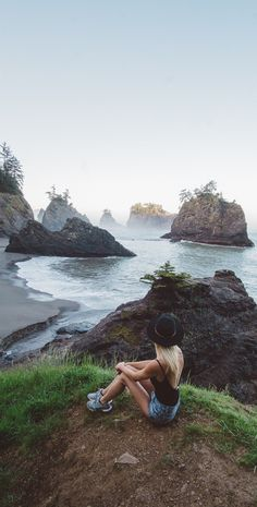 Secret Beach along the Oregon Coast in Brookings, Oregon// Learn how you can afford to travel full time too.