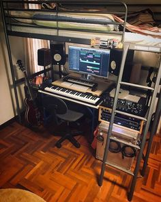✅ Live in an apartment and have no space for a home studio? Check out these 11 awe-inspiring home studio ideas for small apartments - Great ideas for how to set up a music studio in an apartment or small space! Home Recording Studio Setup, Home Studio Setup, Music Studio Room, Studio Desk, Studio Interior, Studio Room Design, Home Music Rooms, Music Bedroom, House Music
