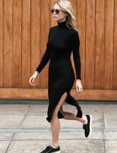 """Portée avec une paire de tennis, la robe fendue ultra moulante gagne en """"casualness"""" (instagram Alwaysjudging)"""
