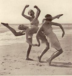Margaret Morris Dancers, ~ Photo by Fred Daniels Modern Dance, Contemporary Dance, Images Vintage, Vintage Photographs, Morris Dancing, Isadora Duncan, Poses References, Dance Photos, Lets Dance