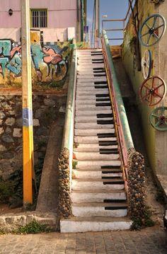 Valparaiso // Chile // Two traveling birds - stair step Ku .- Valparaiso // Chile // Zwei reisende Vögel – Treppenstufe Kunst … Valparaiso // Chile // Two traveling birds – Art step - Urban Street Art, Urban Art, Street Art Graffiti, Piano Art, Urbane Kunst, Chalk Art, Street Artists, Banksy, Types Of Art