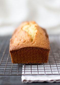 """Momenteel ben ik mijn blog aan het hercategoriseren (pff wat een woord) en dat betekent ook dat ik wat toevoegingen wil doen aan mijn basisrecepten. Een daarvan is ditrecept voor vanillecake. Ik denk dat ik nooit echt een """"gewone"""" cake heb gebakken, omdat ik eigenlijk niet zo fan ben van vanillecakes. Ik moet er altijd...Lees Meer »"""